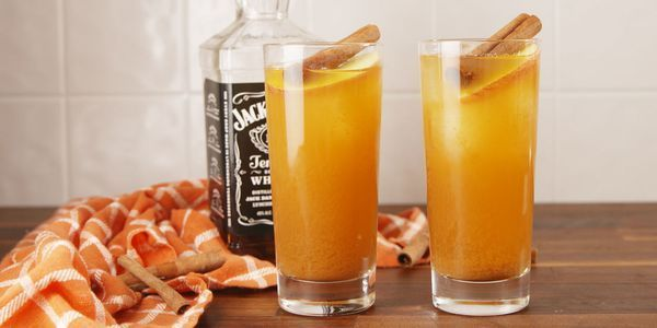 Apple Cider Sangria #applecidersangriarecipe Best Apple Cider Sangria Recipe-How to Make Apple Cider Sangria-Delish.com #applecidersangriarecipe