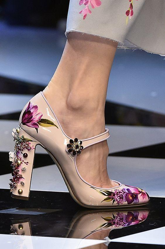 aa0ab92303a19 Tacones con un detalle fabuloso original y muy primaveral de Andrew Gn.  Shoes Heels