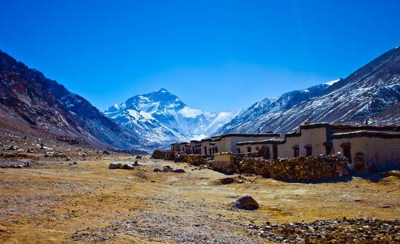 Pueblo tibetano con Everest al fondo