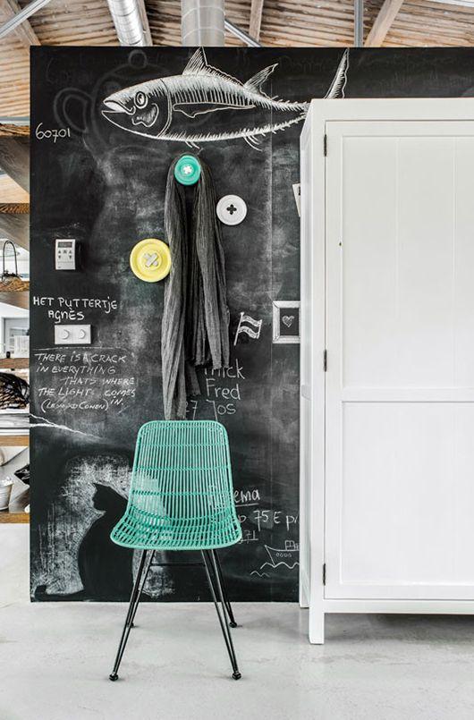 As famosas paredes de lousa, são muito fáceis de fazer. Basta pintar a superfície com tinta acrílica fosca preta ou verde escura.