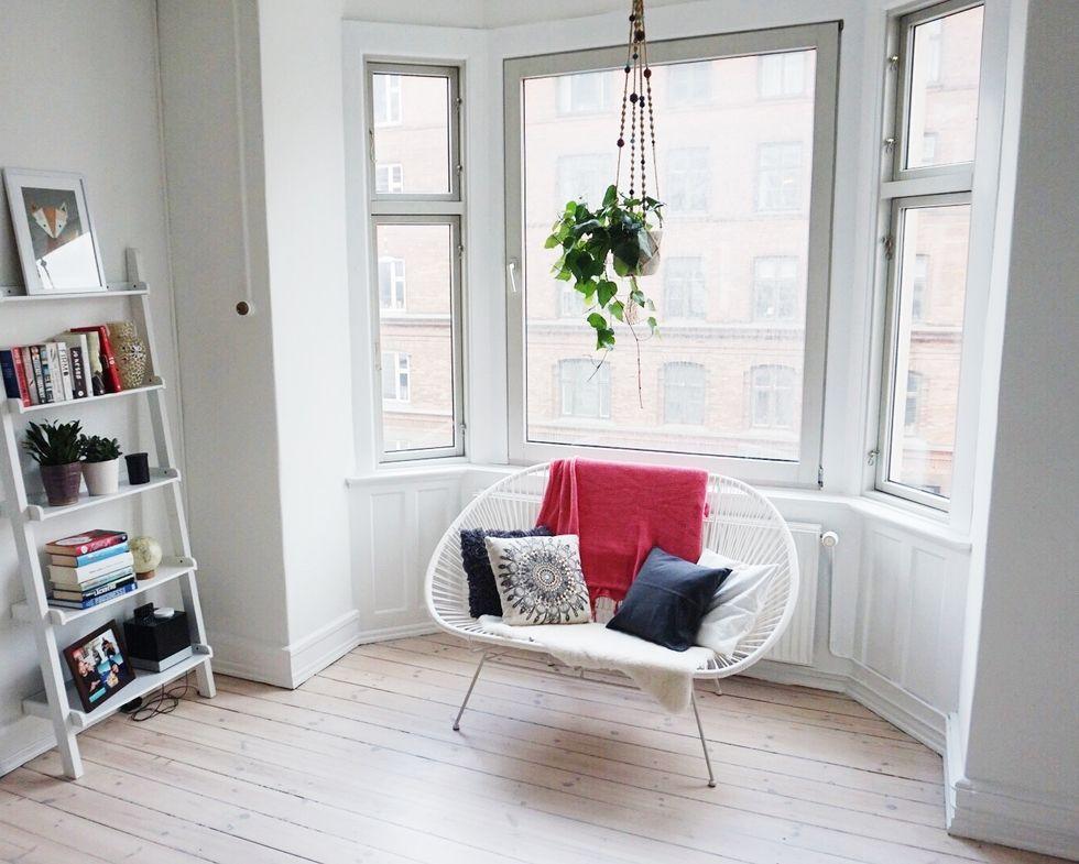 Our Scandi home decor: bay window & hanging planter. Nørrebro Summers - Blogi | Lily.fi