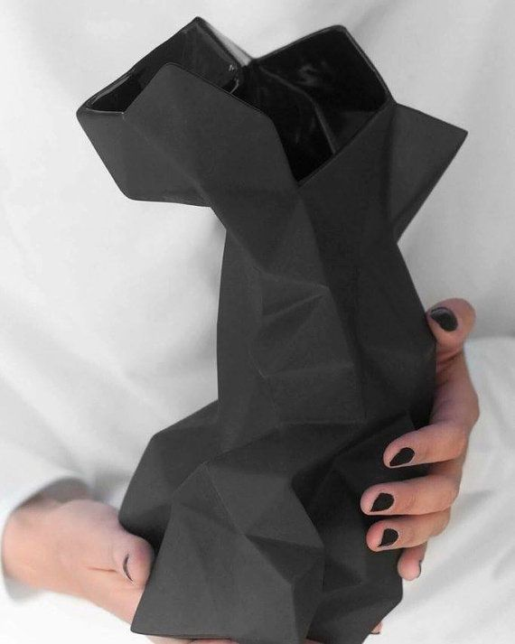 Ehi, ho trovato questa fantastica inserzione di Etsy su https://www.etsy.com/it/listing/465269672/nero-moderno-geometrico-porcellana-vaso