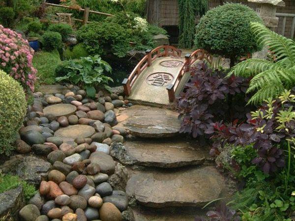 wundersch ner garten mit steinen gro e steinplatten kleine br cke mit gr nen pflanzen. Black Bedroom Furniture Sets. Home Design Ideas