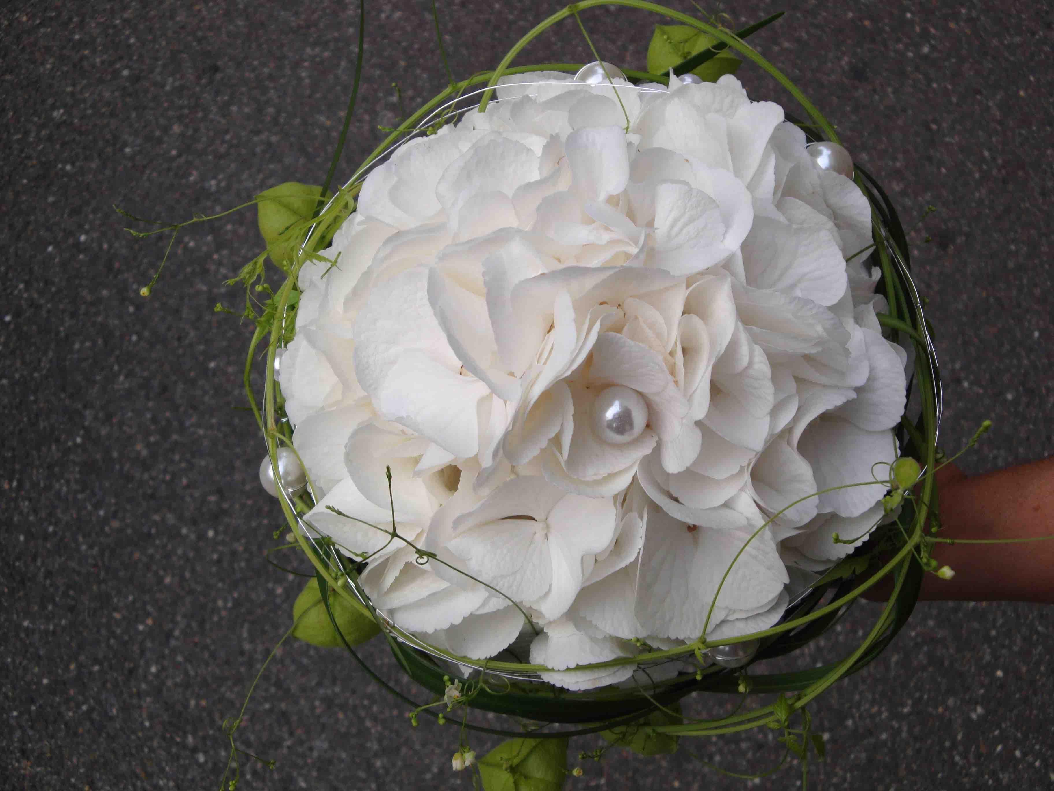 Brautstrauss mit Hortensien in weiss und Ballonranken