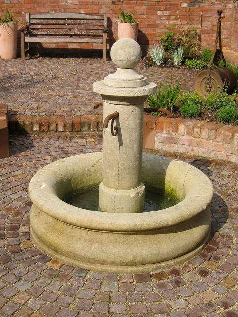 Une belle fontaine centrale pour jardin toute en courbes et arrondis ...