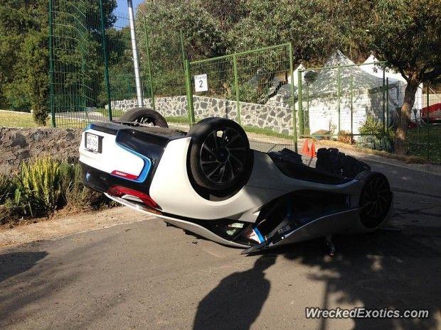 BMW i8 capotou - Fornecido por Carplace