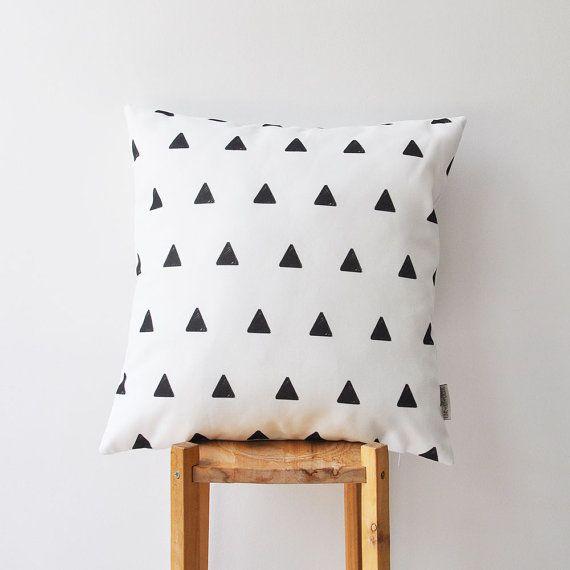 Geometric Decorative Pillow Cover With Black And White Triangles Print This Beautiful Pillow Cover W Cojines Blancos Almohadas Decorativas Diseno De Almohada
