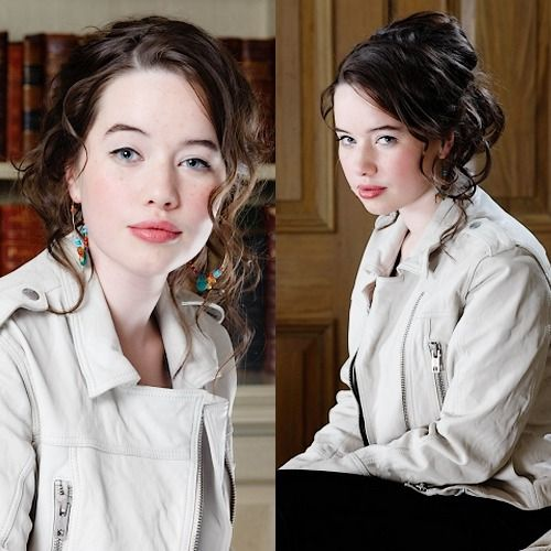 Anna Popplewell>>> I have so many pictures of this photo-shoot. Probably my favorite of hers!