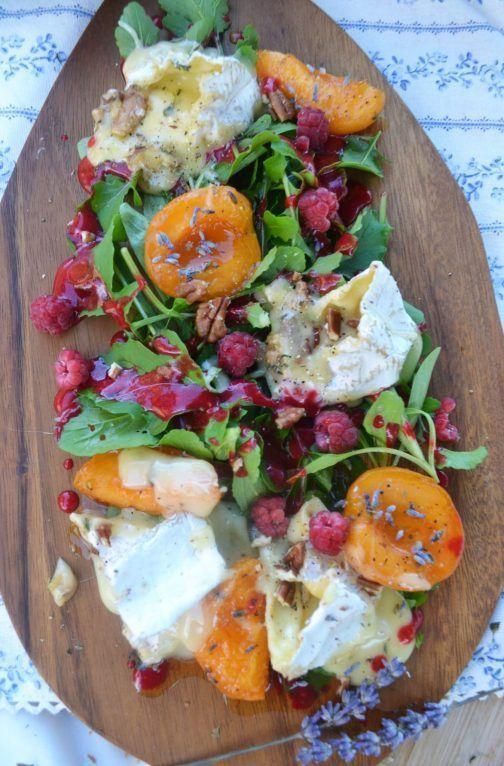 Französische Brotzeit! Salat mit Camembert, Lavendel-Marillen und Himbeervinaigrette – meinleckeresleben.com