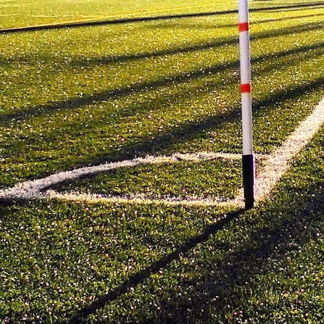 Canto sobre o relvado #futebol #relvado #corner #bandeirola #football #desporto #sports #verde #green #palcoverde #relvasintética