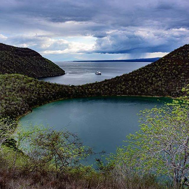 El Lago Darwin. Isabela, Galápagos.  #galapagos #ecuador  #discoversouthamerica #inspiring_photoart #landscapephotography #landscape_specialist #naturephotography #fineart #earthfocus #paisajesecuador #lakeview #lake #sea #sealife #nature #photooftheday #photographer #isabelaisland #nikon_photography #nikon #southamerica #volcano #geology #evolution #gogalapagos