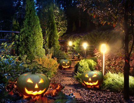 Photo of Luci patio casa percorso giardino illuminato con lanterne di zucca di Halloween