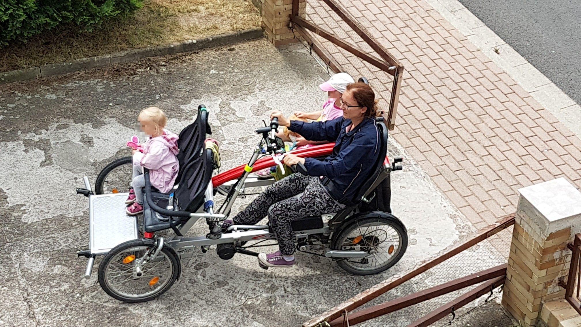 Familien Tandem Fahrrad Bietet Platz Fur 2 Eltern Und 2 Kinder