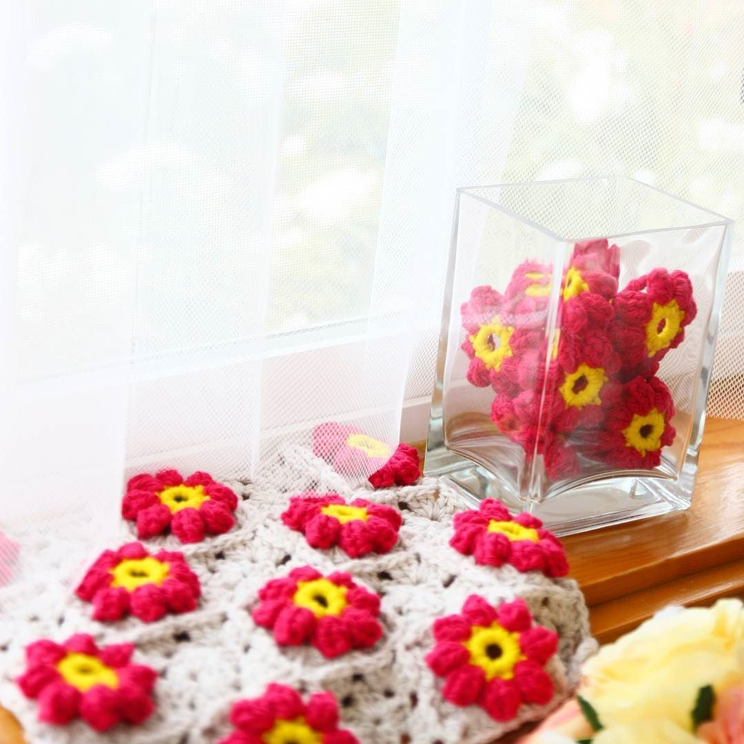 Snowfall last night sunshine today.  Fresh air sunshine birds singing.  Happy Monday!  #crochet#crochetflower#crochetblanket#handmade #코바늘#손뜨개#뜨개질#코바늘블랭킷 by arori989