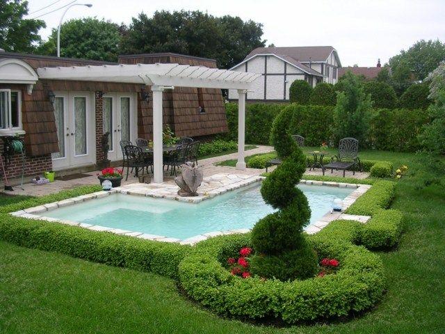 un aménagement paysager avec piscine