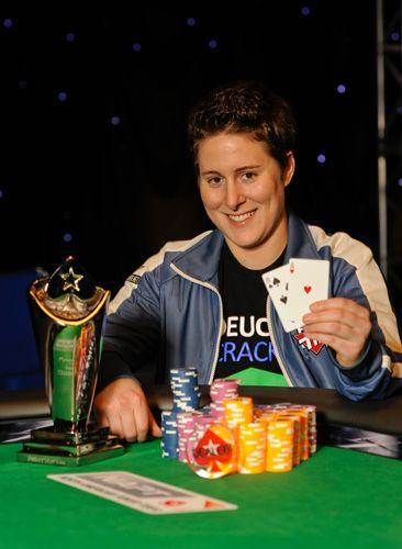 Kanssa $ 9.6m elävien turnausvoittoina Vanessa Selbst on korkein ansaita naispuolinen pokerinpelaaja kaiken aikaa. Selbst kännissä, että ennätys 2013 PCA ja tänä vuonna hän palasi lisää samaa.  $9,655,003