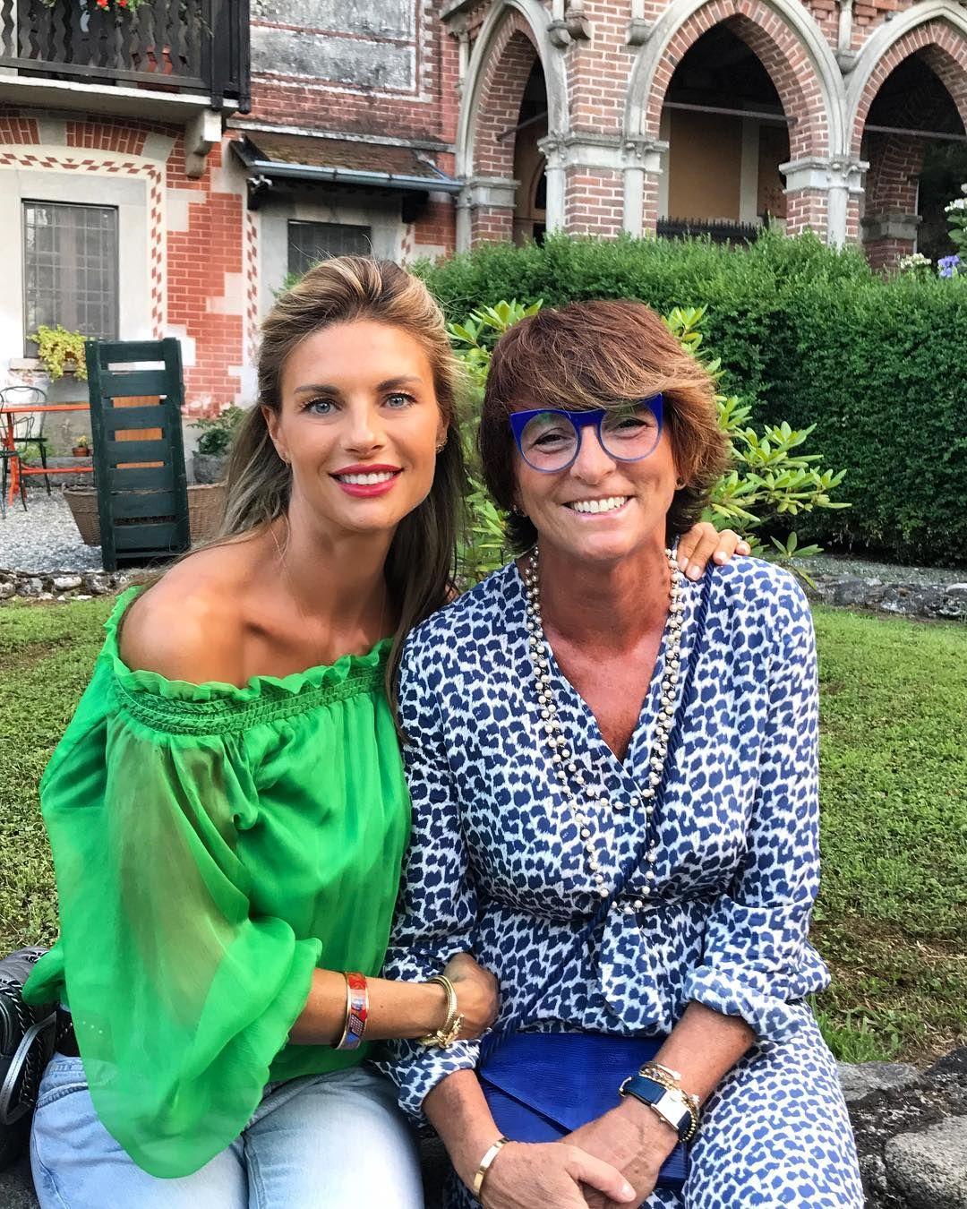 """""""Mi piace"""": 12.8 mila, commenti: 77 - Martina Colombari (@martycolombari) su Instagram: """"Gita fuori porta #lepazzesche #amichevere #friendship #ticino #bellitalia #ilbelpaese #pescepersico"""""""