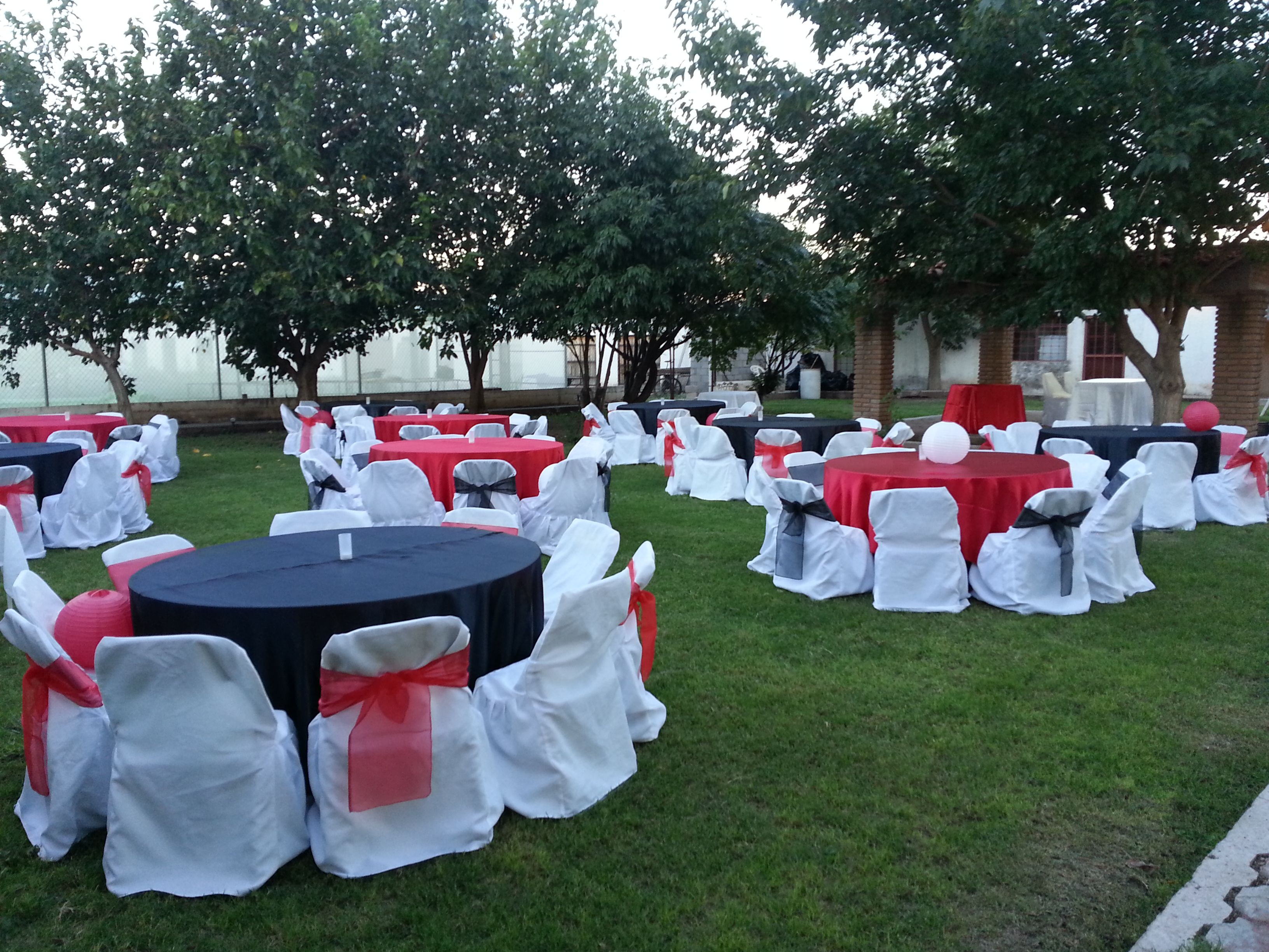 Boda de d a en jard n decoraci n blanco negro y rojo for Ideas para decorar jardines