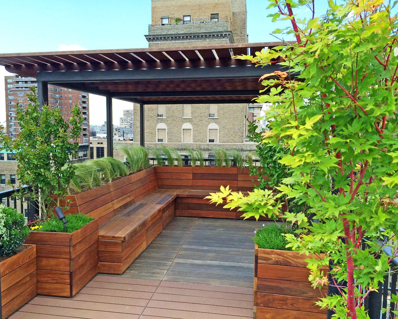 This Custom Roof Deck In Nyc S Flatiron District Features A Built In Pergola Benches With Storage Under The Seat Roof Garden Design Home Garden Design Pergola