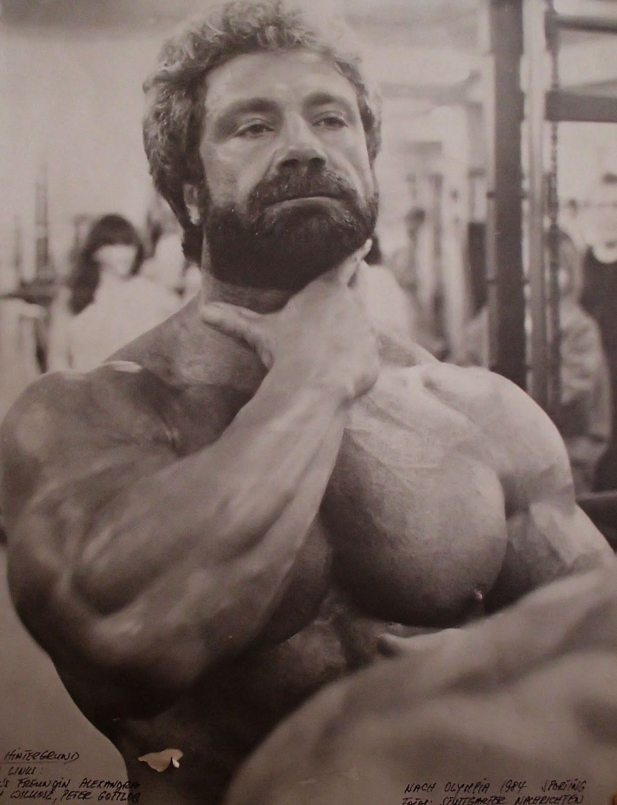 Time for some old school bodybuilding. The GORGEOUS muscle daddy ...