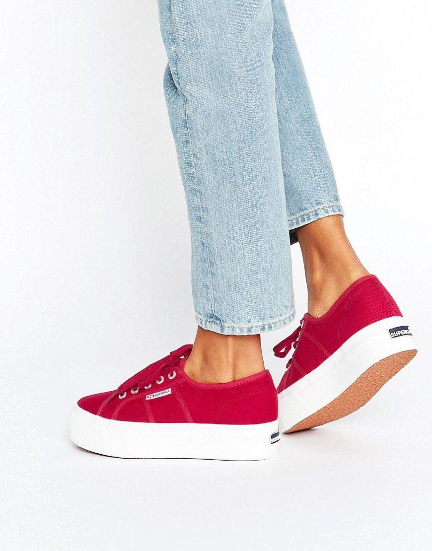 4239a9f57 Zapatillas de deporte clásicas con plataforma en rojo de Superga.  Zapatillas de deporte de Superga, Exterior de lona, Cierre de cordones,  Etiqueta con el ...