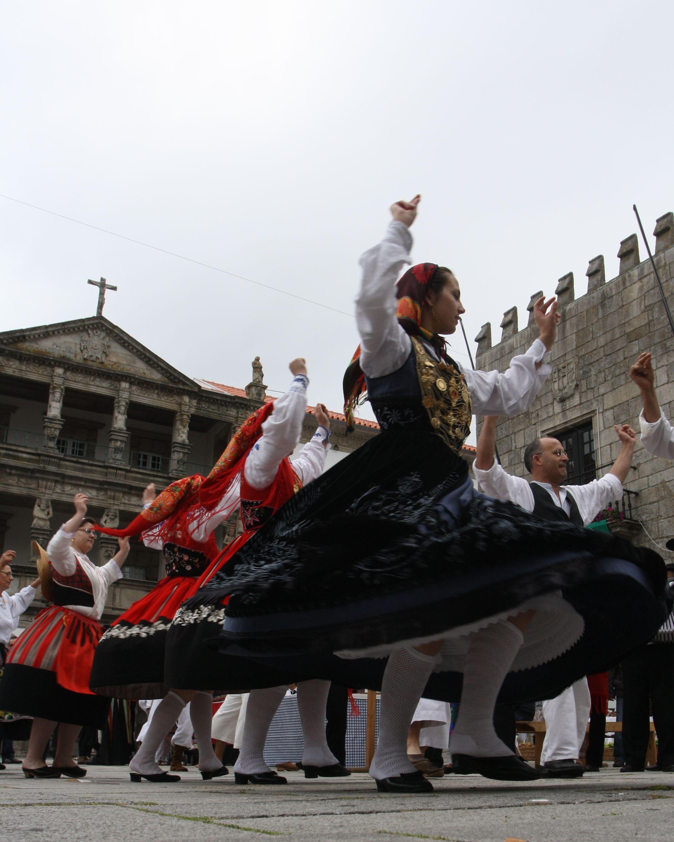 João Amorim  Minho, Folk Dance, Portugal     http://portugalmelhordestino.pt/fotos_concurso/405559fde96e8b8445938c8edc9029d1.jpg