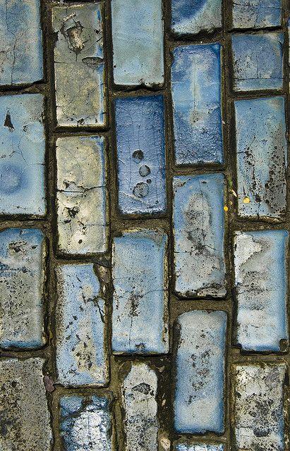 Die Inspiration ist überall. Selbst wenn man nur auf den Boden schaut: Blaue Fliesen in allen Schattierungen.