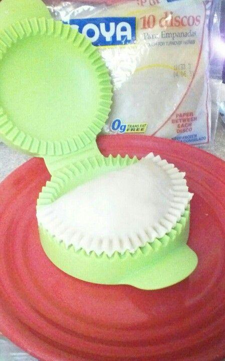 Tupperware  !   Si te gusta hacer mini pastelillos. Tupperware en su catalogo de verano esta vendiendo este   color verde.  Me encanta lo uso para pastelillos  y otras recetas mas.