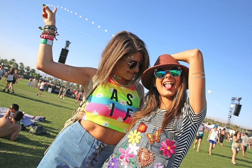 Los mejores looks del festival de Coachella  Otras dos amigas con atuendos coloridos. Todo vale en Coachella: flores con rayas, colores flúo, ¡más es más!.  /Invision/ AP
