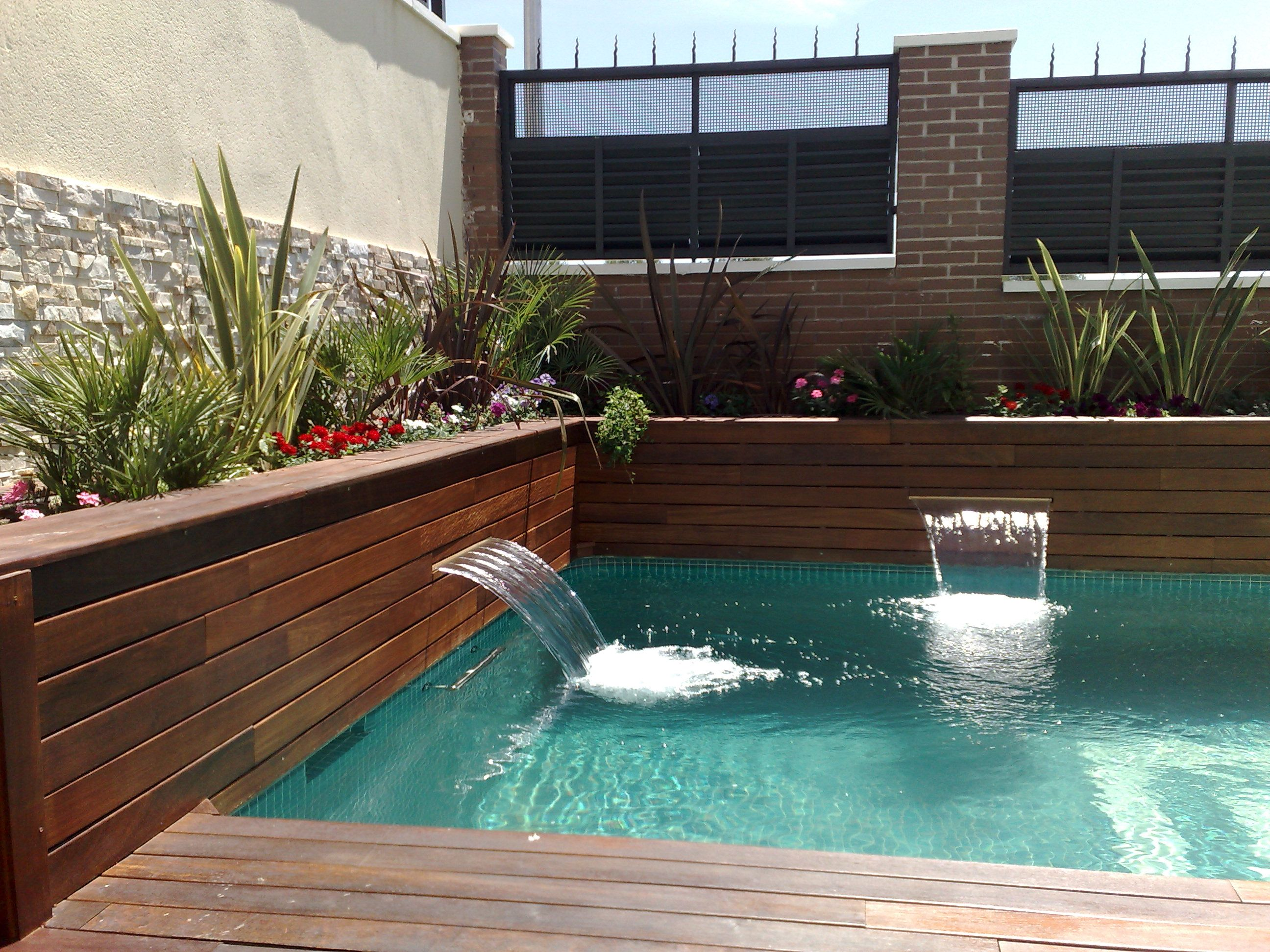 Cascadas integradas en las jardineras cascadas para for Cascadas de piscinas