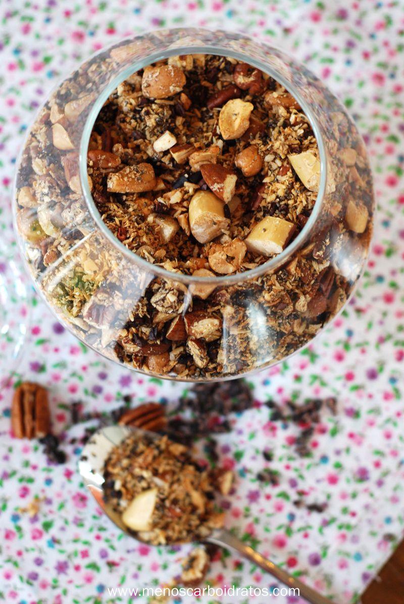 Granola caseira lowcarb | 1/3 xíc nozes pecan, 1/3 xíc amêndoas, 1/3 xíc castanhas caju, 1/3 xíc castanha de pará, 1/3 xíc cacau nibs, 2/3 xíc coco ralado, 1/6 xíc sementes chia, 1 clara de ovo, 1/8 colh chá stevia, 1 colh chá canela | Pique as nuts, adicione coco ralado, nibs e sementes. Misture clara, stevia e canela e depois adicione a mistura. Forno 160 graus por 20 min ou até ficar dourado | #granola #lowcarb #nuts #lowcarb