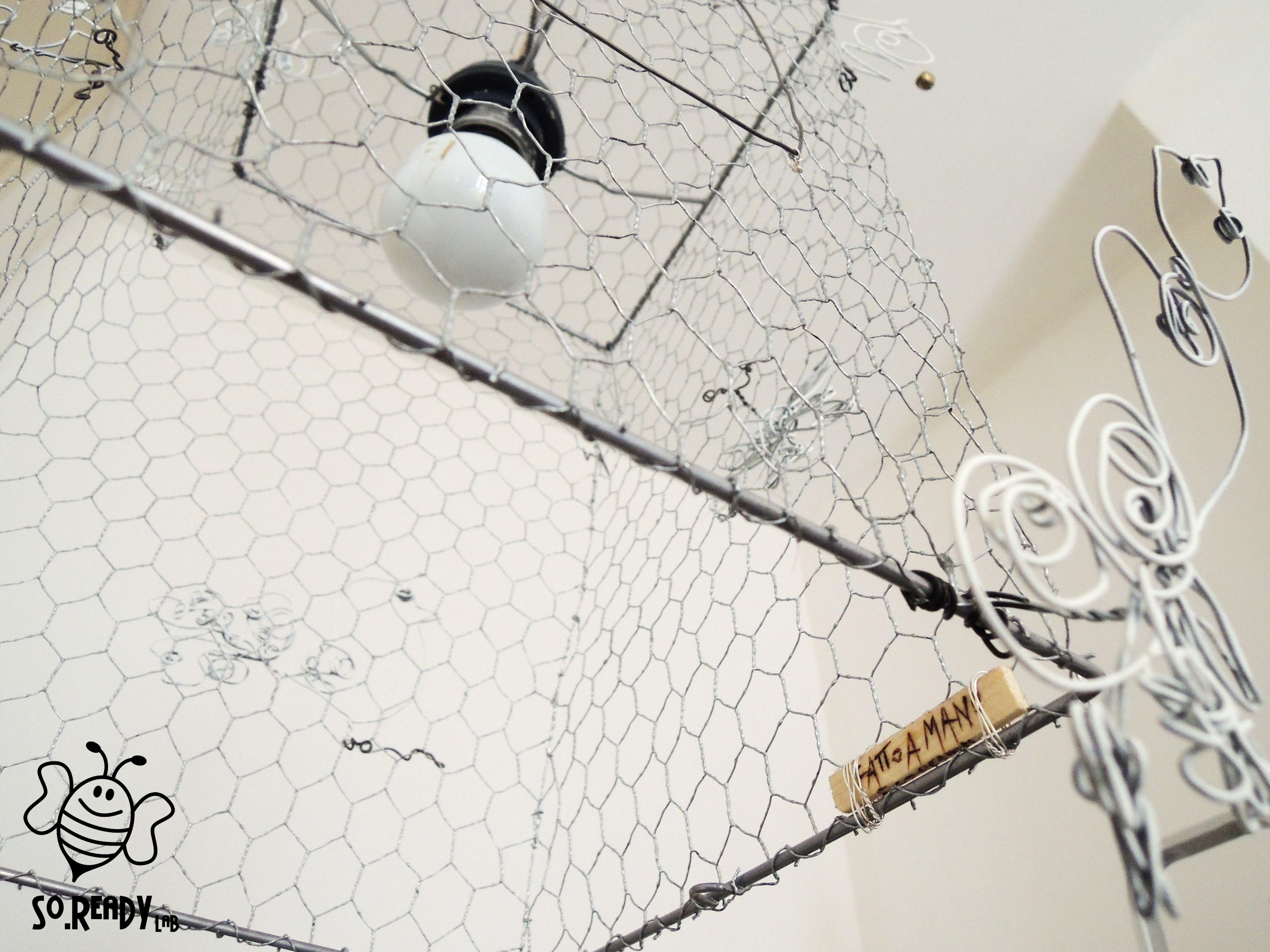 Un lampadario da soffitto, che evoca libertà e romanticismo. Realizzato con una rete metallica, modellata come una gabbia, su cui cinguettano cinque armoniosi uccellini, in fil di ferro, fatti a mano insieme alle volute che decorano gli angoli. Tre piccoli campanellini arricchiscono le volute e la porticina decorativa. #ecodesign #riciclo - soreadylab.etsy.com
