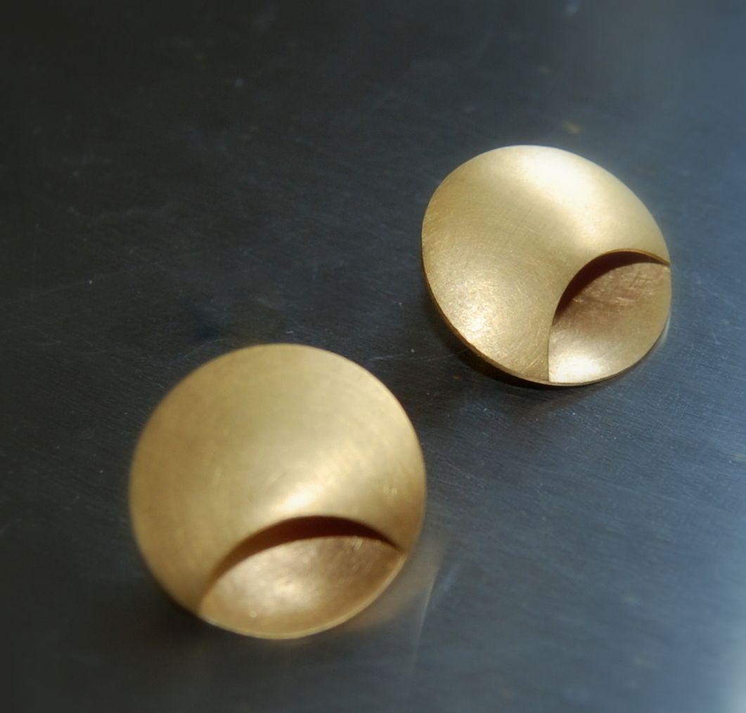 Ohrstecker aus vergoldetem Silber mit halbmondförmigen Buchten.