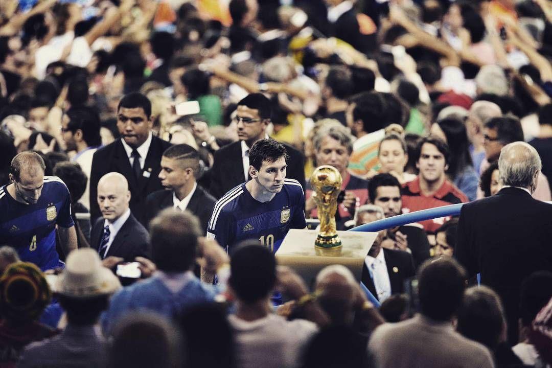 """(+) ha visto, ni siquiera el mejor futbolista de todos puede hacer ganar a un equipo entero. El fútbol, como cualquier trabajo, se juega para el equipo, y por entonces Leo Messi y el resto de sus compañeros argentinos no eran un """"equipo"""" (al menos un equipo digno de ganar dicho mundial)  Ganadora del primer premio World Press Photo - Deportes (2015). Foto realizada por el fotógrafo chino, Bao Tailiang. """"The Final Game""""  #retovisual0911 #pe0911 ⚽"""