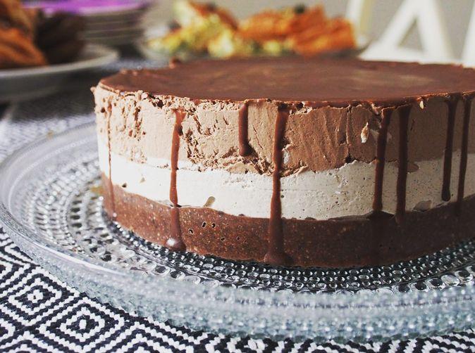 Suklaa + kahvi = paleo Tiramisu-raakakakku!Kahvin ja suklaan yhdistelmä on täydellinen! Pahinkaan herkkuhammas ei jaksa syödä tätä kakkua montaa palaa..