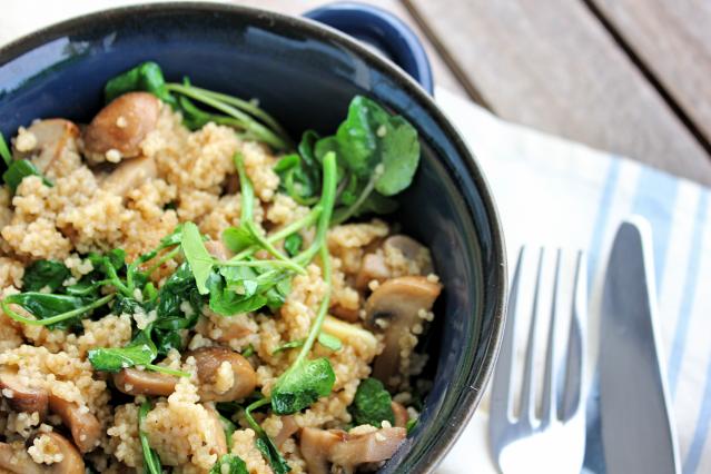 SWEET BIGAS: Cogumelos salteados, couscous e agrião