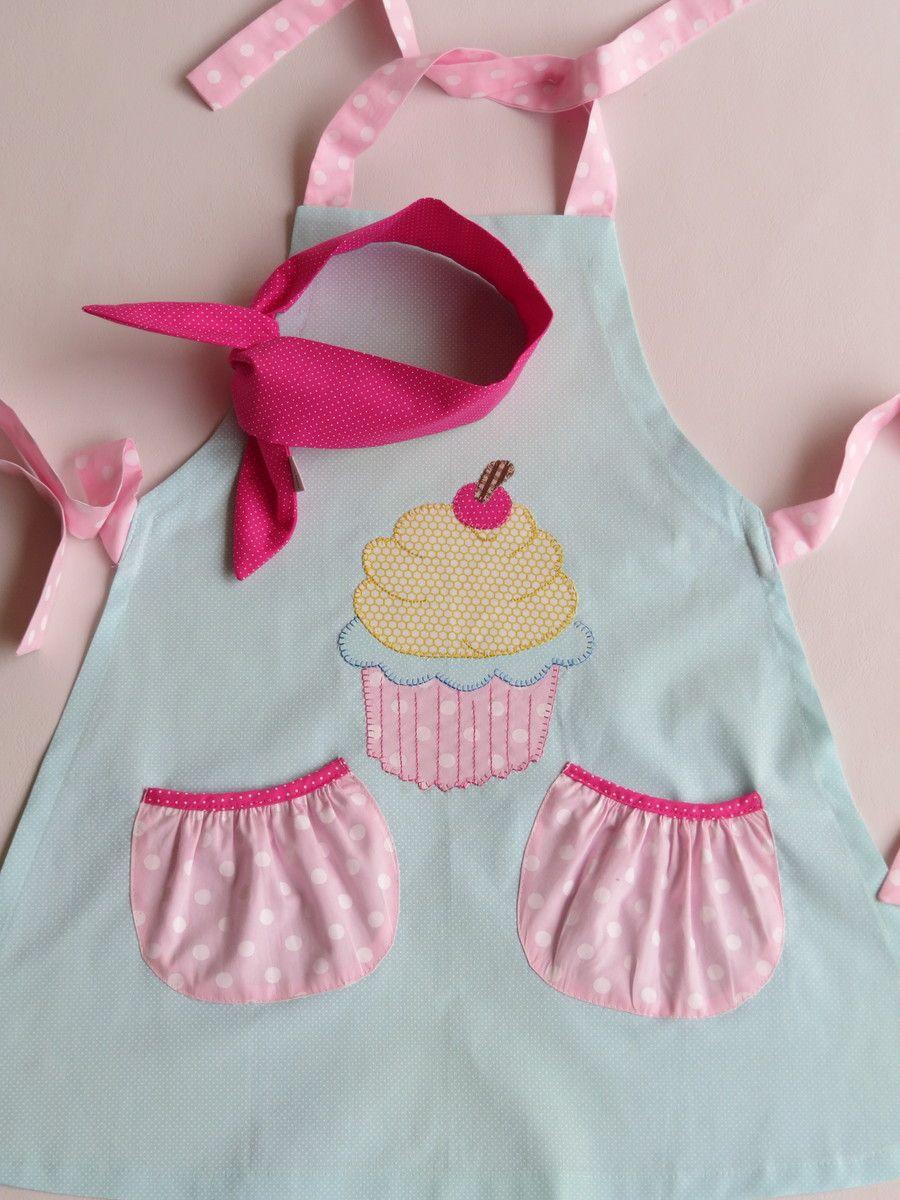 Avental Infantil  Tecido 100% algodão  Bordado de cupcake em ponto caseado, 2 bolsos , ajuste nas alças e nas laterais e headband para o cabelo.  Sob encomendo consulte estampas e tecidos disponíveis no ato do pedido.