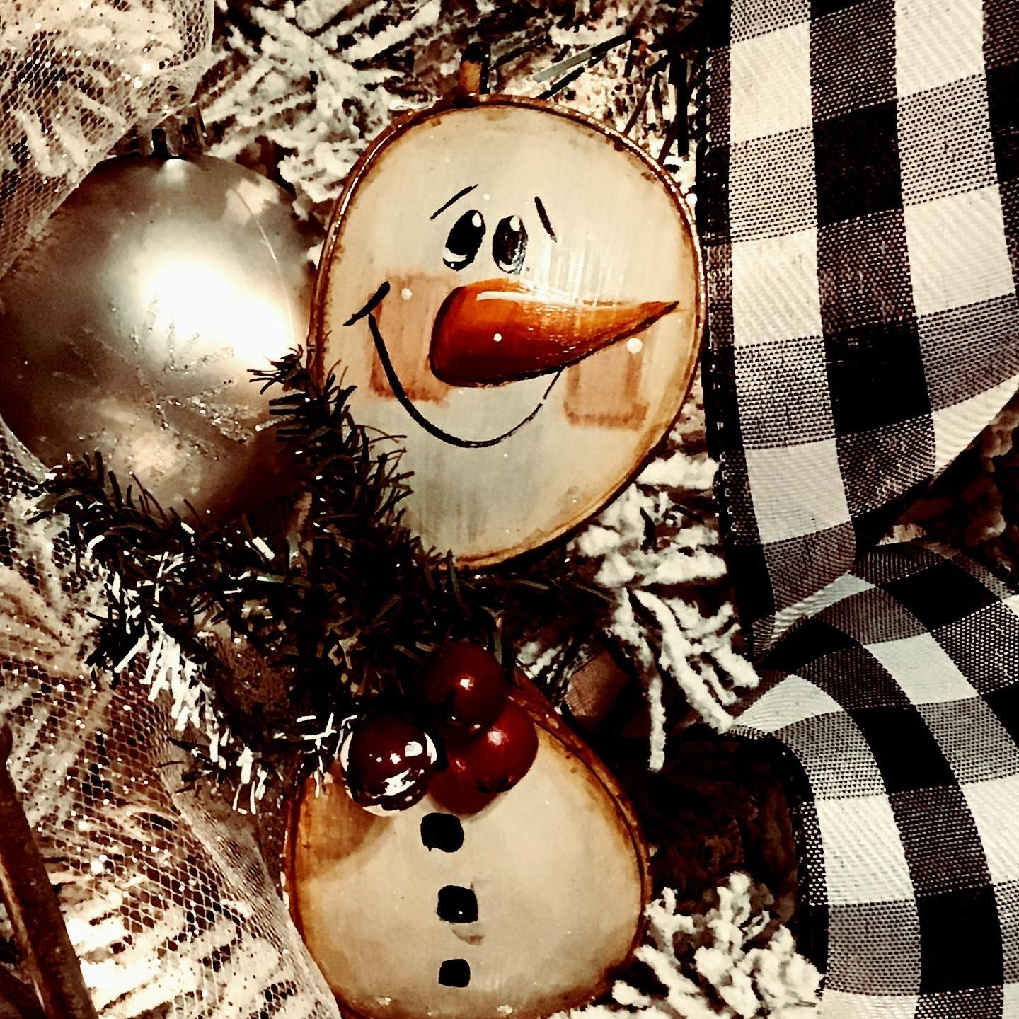 Your Old Glasses Or The Glasses Of A Loved One Are Unique Diy Christmas Ornaments Diychristmasornamen Diy Christmas Ornaments Christmas Diy Snowman Ornaments