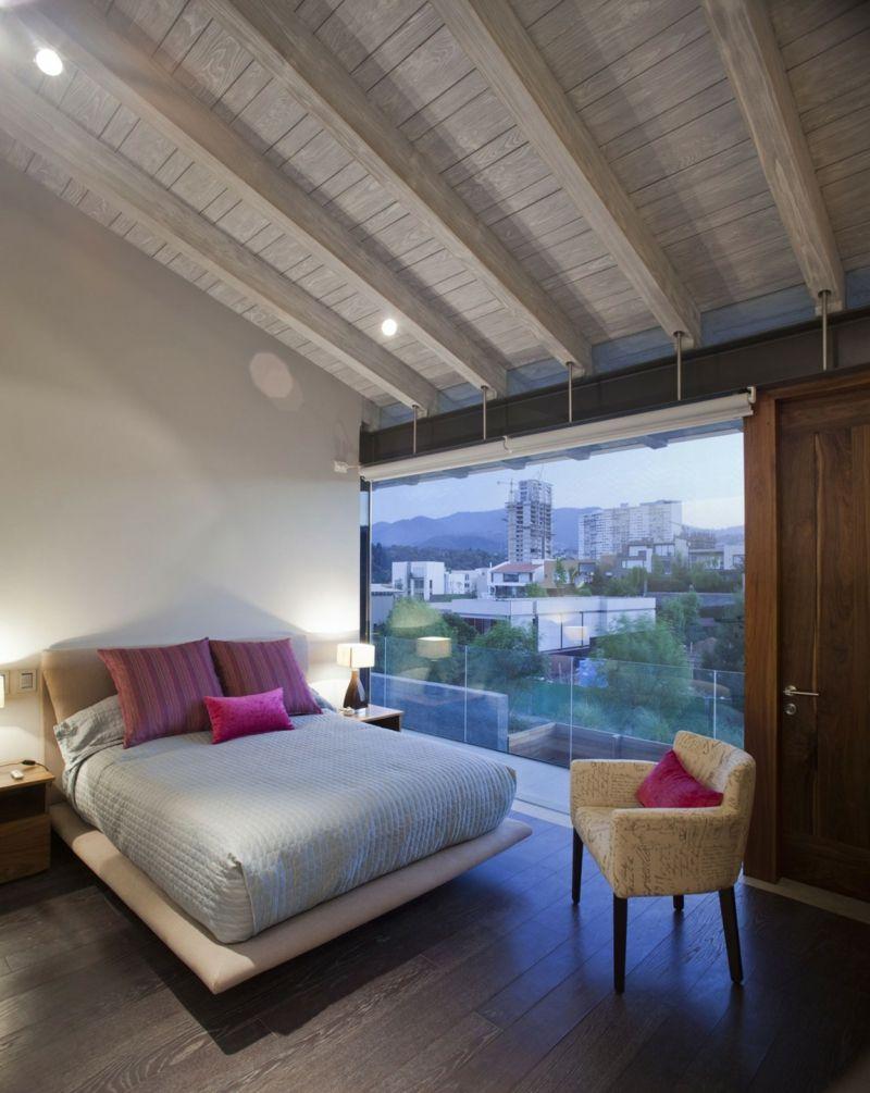 Holzdecke Gestalten Schlafzimmer Weiss Grau Bett Fuchsia Akzente
