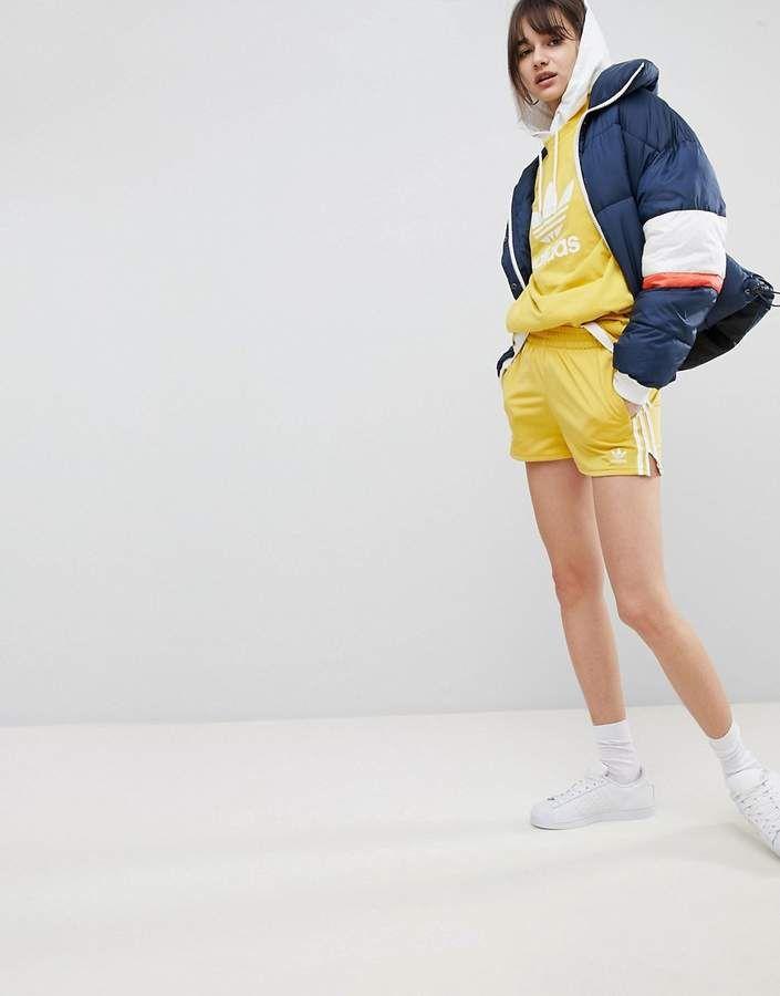 Adidas adidas Originals Adicolor tres Stripe shorts en color amarillo