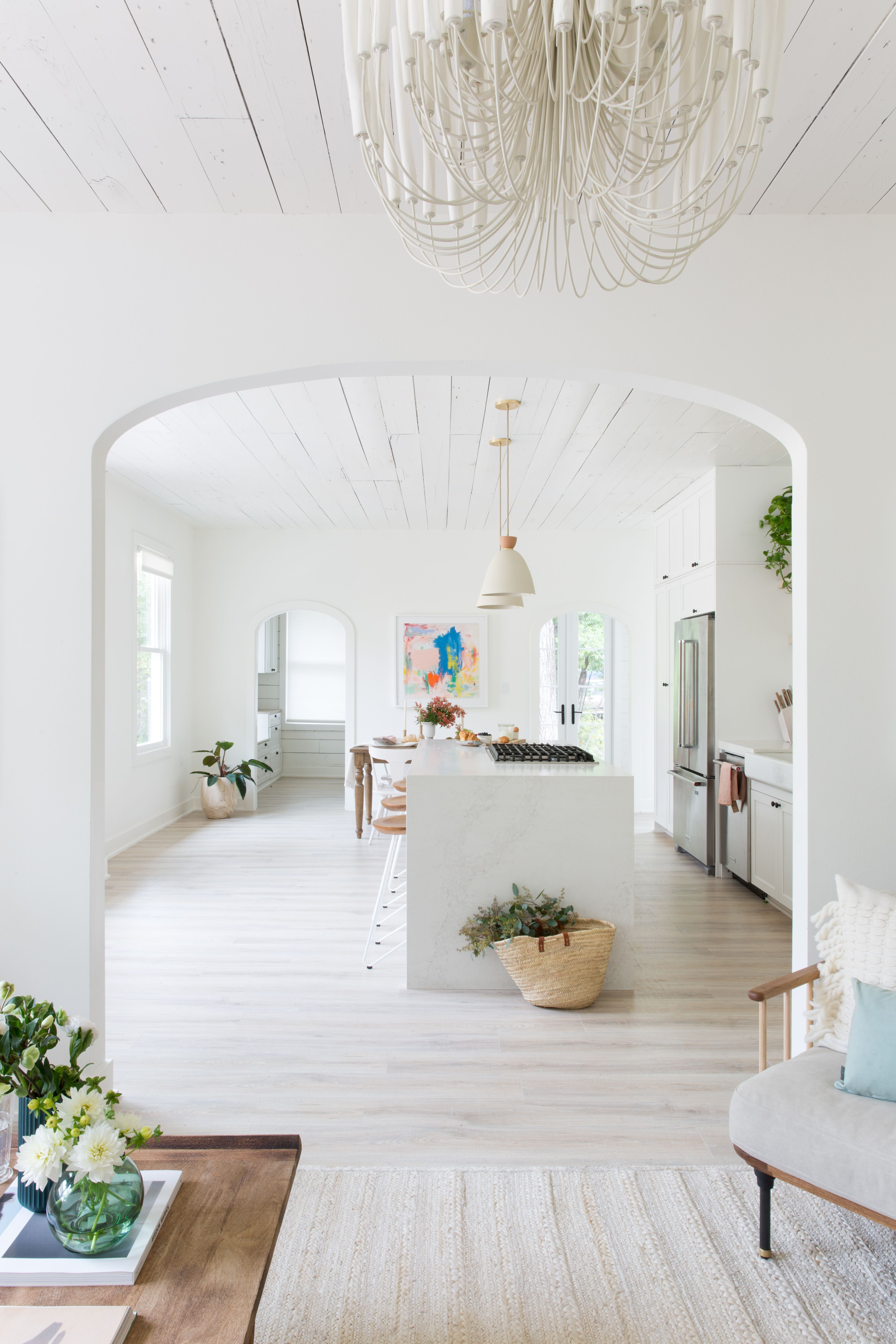Modernes bungalow innenarchitektur wohnzimmer this whiteonwhite austin houseturnedworkstudio is an