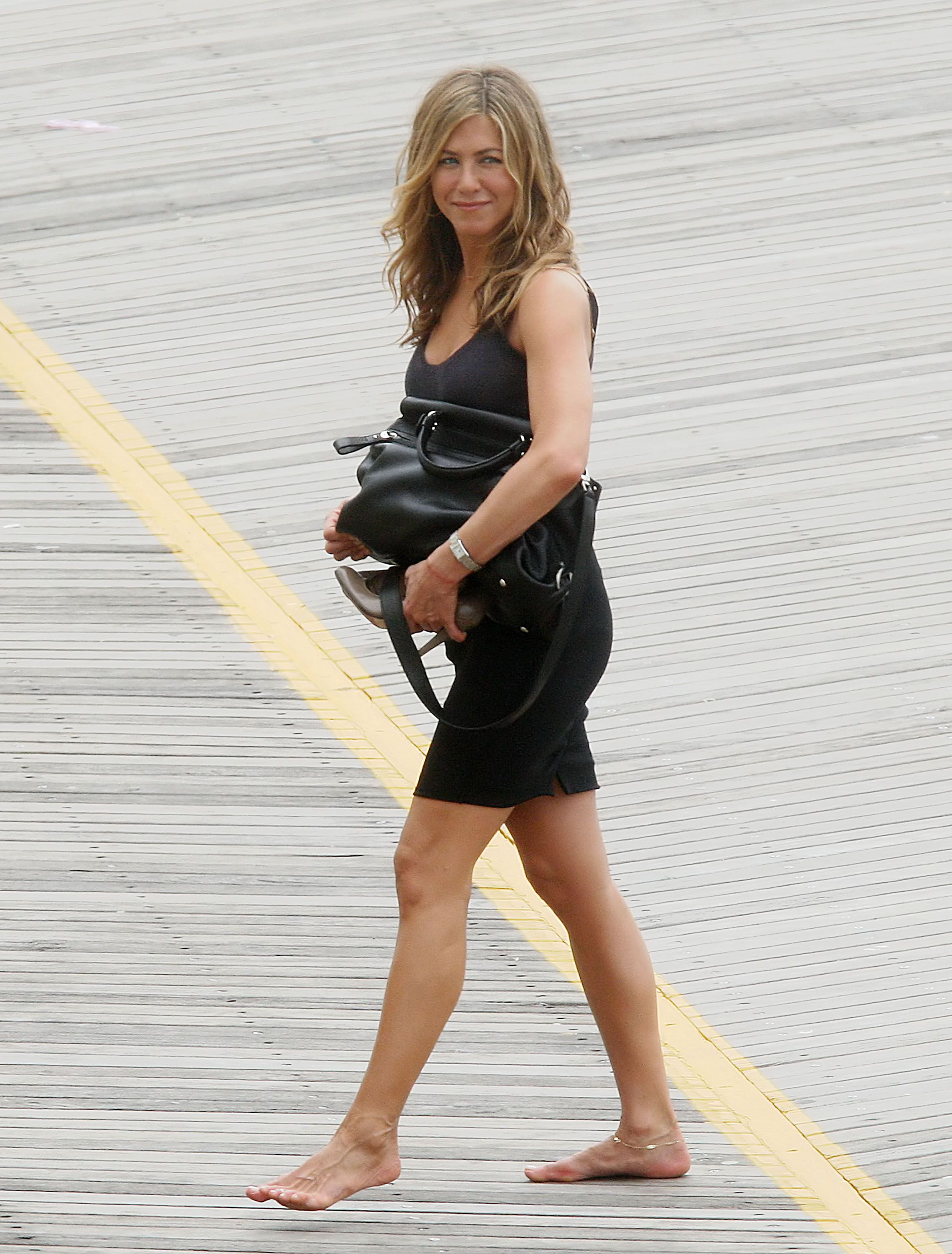 Pin by everyone can do diy projects on jennifer jennifer aniston feet jennifer aniston - Jennifer aniston barefoot ...