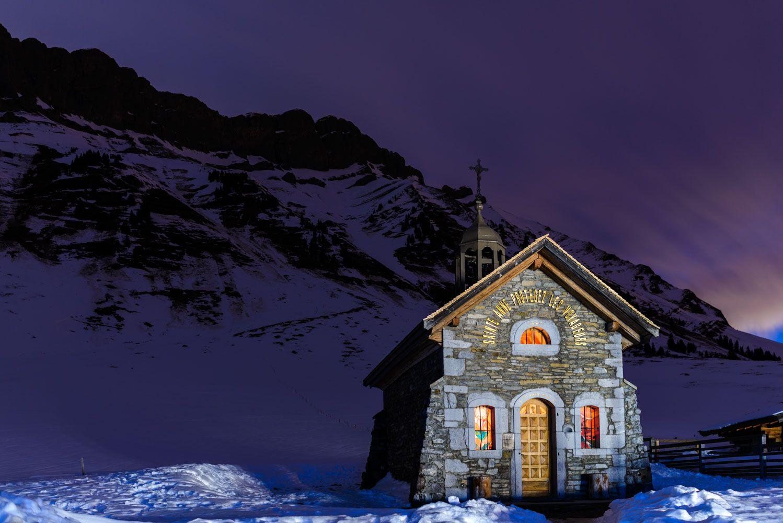 Image nocturne de la chapelle du col des Aravis.