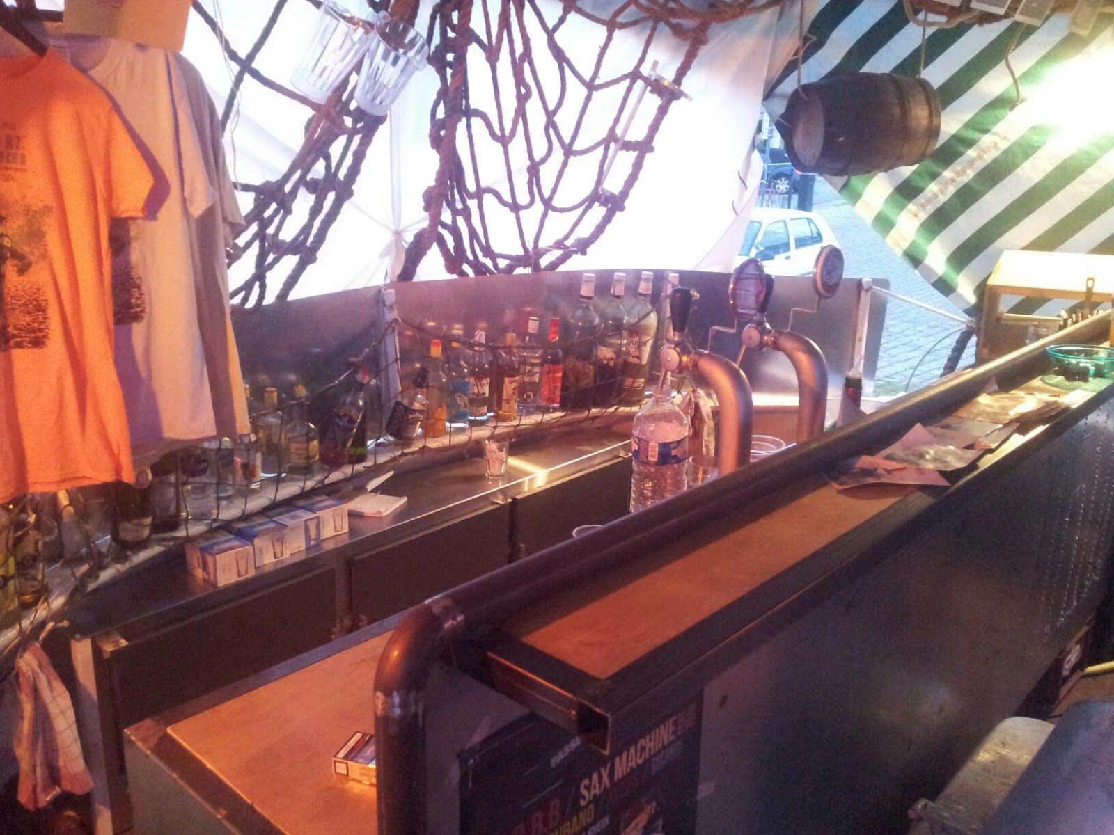 Le Remorqueur Est Un Bateau à Quai Transformé En Bar Club