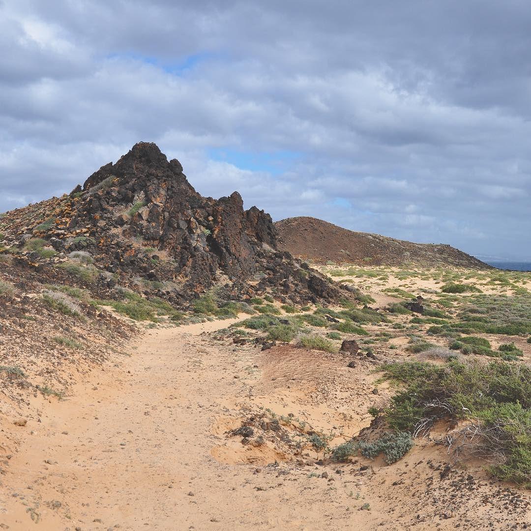 Follow the path! #ExploreFuerte l'isola di Los Lobos è pura natura selvaggia ogni giorno molti vengono a visitarla alcuni soddisfatti di aver passeggiato in questo panorama altri di aver passato alcune ore nella Palya de la Calera piacevole baia dall'acqua calma. Ma alcuni ne restano delusi forse perché non sono fatti per luoghi simili. Importante è sapere che Los Lobos va compresa che si viene qui per la quiete assoluta per i paesaggi lunari e le camminate lungo sentieri che sembrano non…