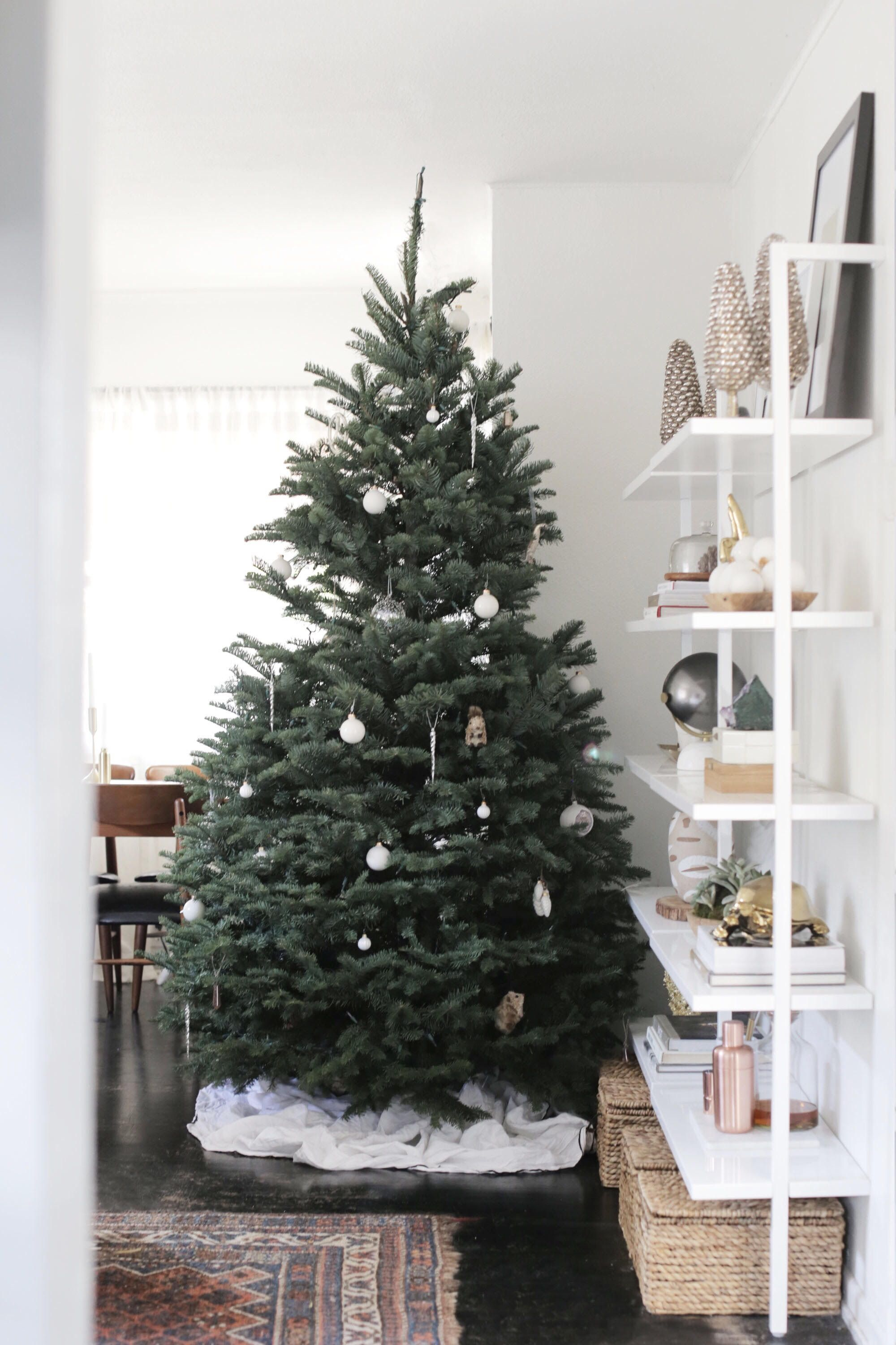 How To Decorate A Modern Christmas Tree Modern Christmas Tree Contemporary Christmas Trees Modern Christmas