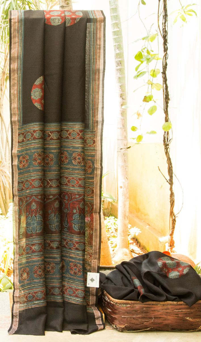 Black cotton silk embellished with large butties all over the body. The saree is finished by a beautiful pallu