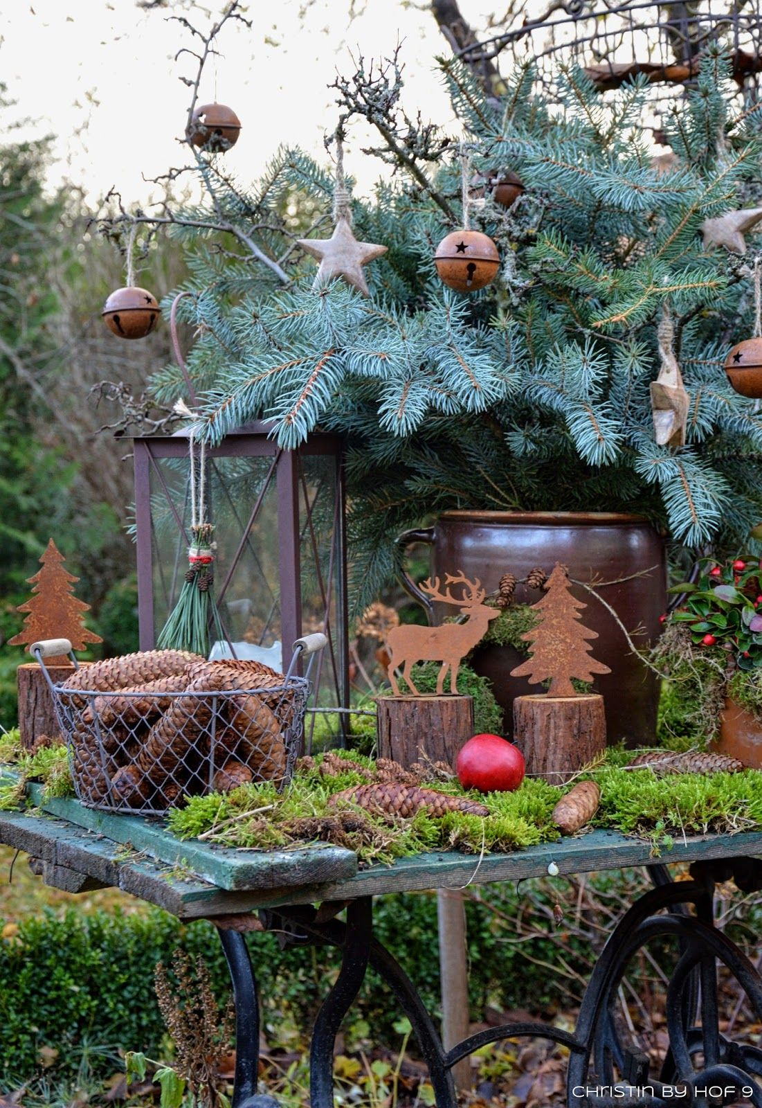 Quaste aus kiefernadeln nat rliche gartendeko im winter weihnachtsdekoration im garten - Garten weihnachtsdeko ...