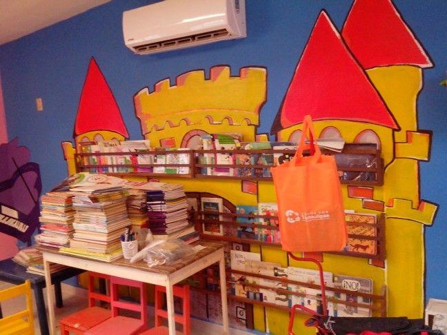Castillo terminado con repisas y libros.