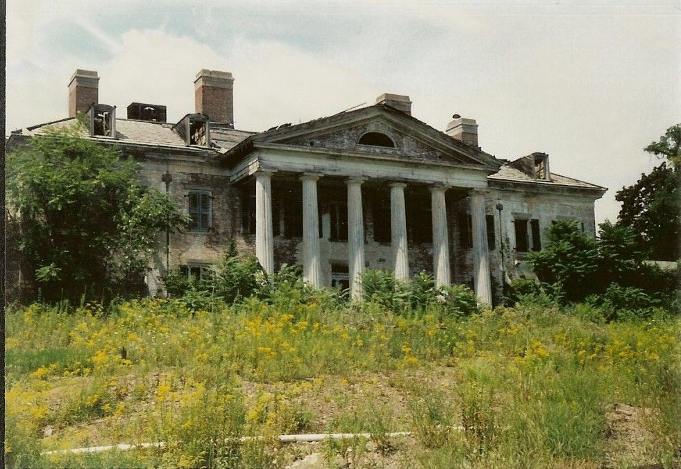 Abandoned mansions in america plum point mansion and for Nyc mansions for sale